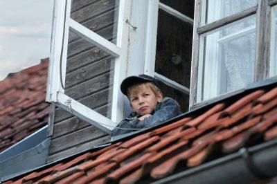 мальчик в окне, Фотостудия - рекламная съемка - fotostep.ru