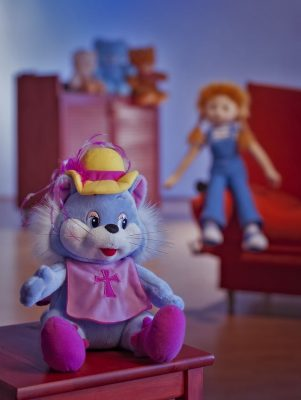 мягкая игрушка сидит в уютной комнате,предметы