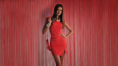 девушка в красном платьи