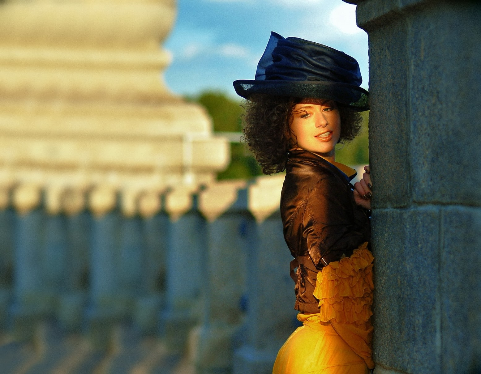 девушка в шляпке, девушка в желтой юбке на каменном мосту
