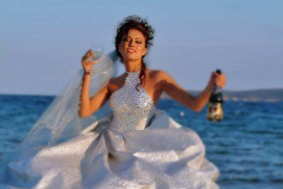 Невеста на фоне моря