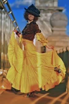 модель на мосту в желтой юбке